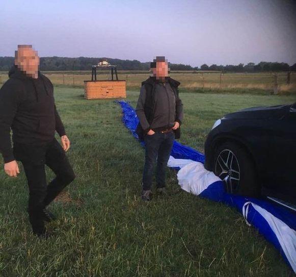 De ballon landde in de weide, waarna de fokker zijn wagen erop plaatste.