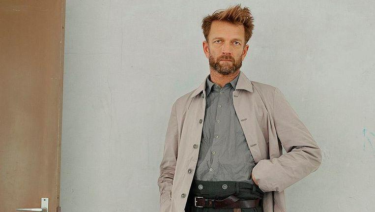 Kunstenaar John Biesheuvel in een carcoat van katoen met flinterdun meegeweven metaal Beeld Astrid Zuidema