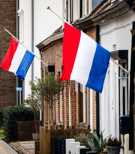 Oud-Beijerlanders hangen vlag halfstok als steunbetuiging aan familie en kennissen van overleden Simone en Martijn