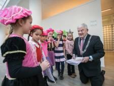 Haagse burgemeester krijgt tekeningen uit heel het land na glansrol in Sinterklaasjournaal, Halsema: 'Had graag ook meegedaan'