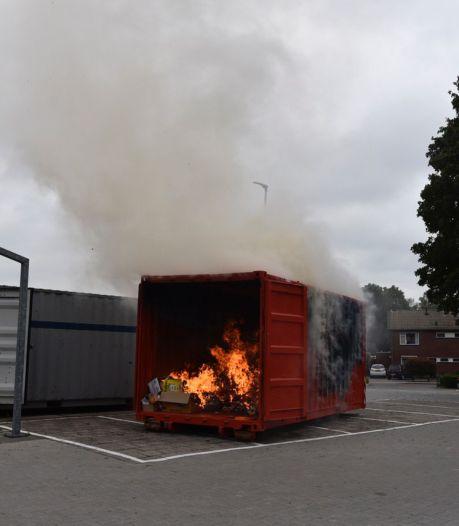 Container met oud papier in brand in Vriezenveen