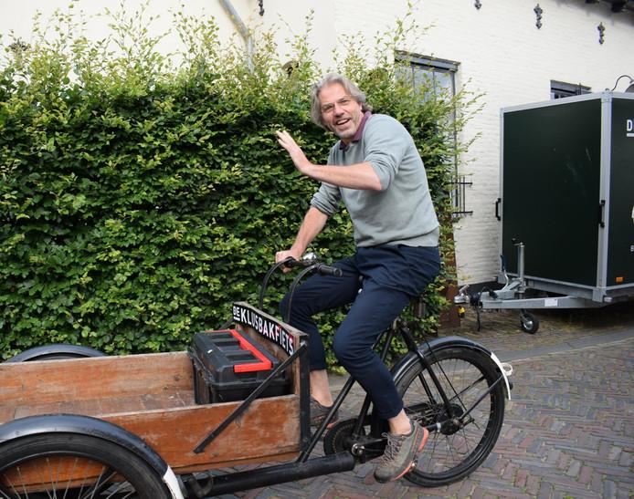 """Martijn Ebbinge op de Klusbakfiets. Ebbinge typeert zichzelf als idealist. ,,Het gaat ons niet alleen om het geld verdienen, het gaat ons ook om de binding in een stad."""""""