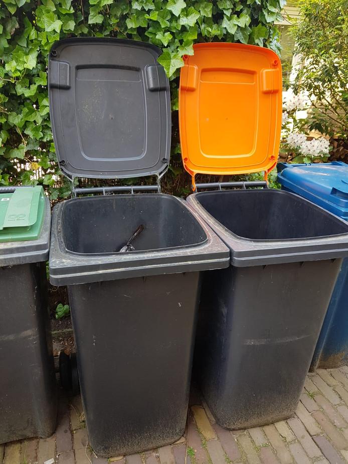 Een oranje container, of toch ook een grijze ernaast? Zo'n twintig procent van Apeldoornse huishoudens in laagbouwwoningen houdt vast aan de bak voor restafval.