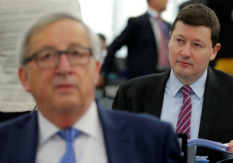 Als Martin Selmayr (rechts)  moet opstappen, dreigt Jean-Claude Juncker (links) met een vertrek.