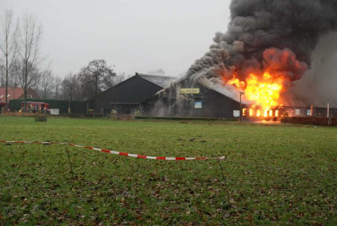 Grote vlammen slaan uit het dak van 't Dommeltje in Boxtel.