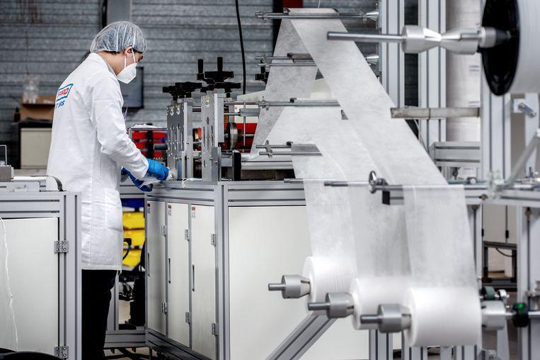 Luchtfilterfabrikant Afpro in Alkmaar produceert in opdracht van de overheid miljoenen FFP2-mondmaskers.  Beeld Jean-Pierre Jans