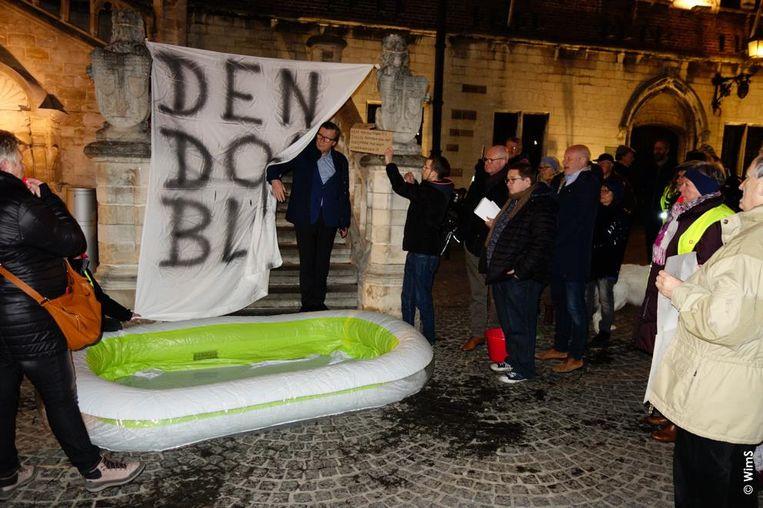Guido De Padt komt de geblokkeerde raadsleden ophalen aan de trappen van het stadhuis
