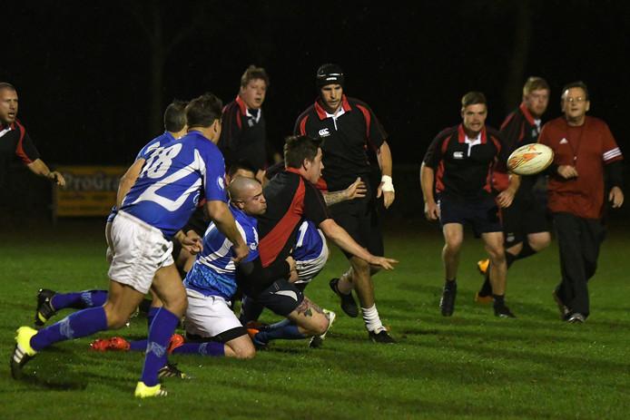 De rugbyers van Black Bulls (zwart-rode shirts) in hun eerste oefenwedstrijd.