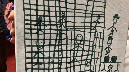 """""""Opgesloten in kooien"""": kindertekeningen tonen schrijnende situatie in migrantencentra VS"""