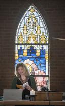 Nicoline Swen voor het (katholieke) glas-in-loodraam van de Henricuskapel.