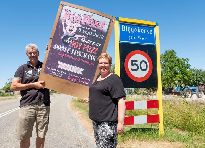 Marco Bimmel en Angelina Francke laten zien dat Biggekerke in de startblokken staat voor Bigfest. FOTO DIRK-JAN GJELTEMA