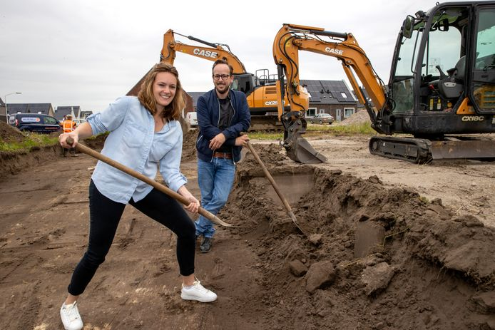 Teamleider Demelza Veenman vanKorein en directeur Roel Timmers van Platijn bij de start van de bouw van het nieuwe kindcentrum in Best.