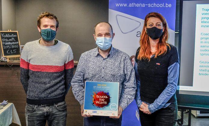 Kortrijk Athena school for rights. Michiel De Baere van Kiyo, directeur Frank Derycke en burgemeester Ruth Vandenberghe