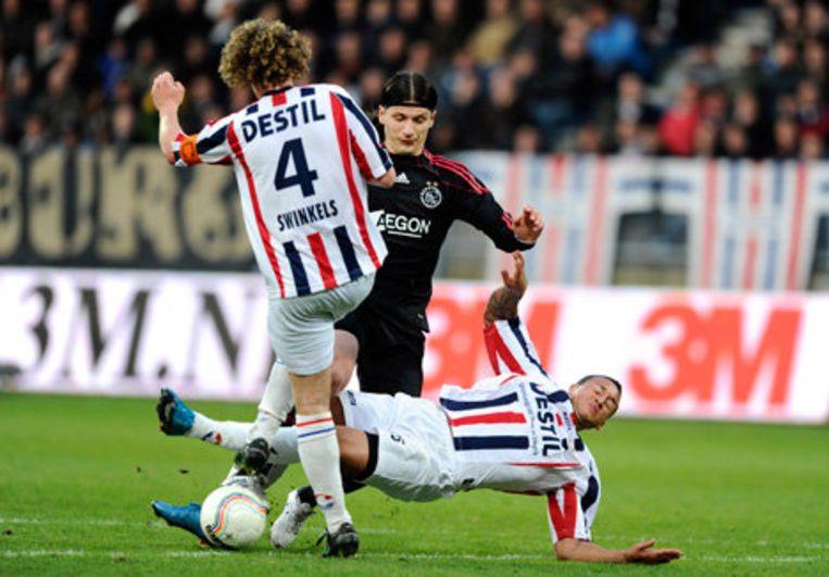 Marko Pantelic (m) van Ajax in duel met Arjan Swinkels (l) en Marciano Bruma (r) van Willem II. Foto ANP Beeld
