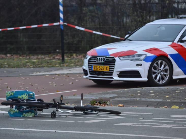 Automobilist rijdt twee fietsers aan in Breda, man en vrouw naar ziekenhuis