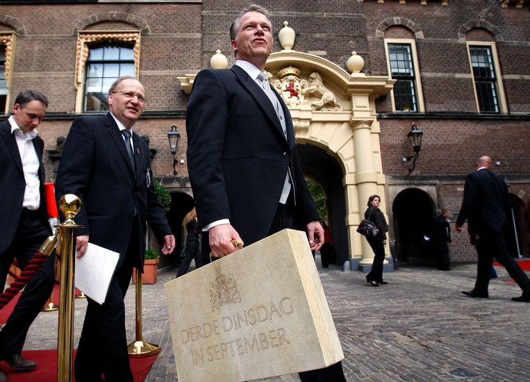 2008: minister van Financiën Wouter Bos met de Miljoenennota op weg naar de Tweede Kamer. Beeld Foto Robert Vos/ANP