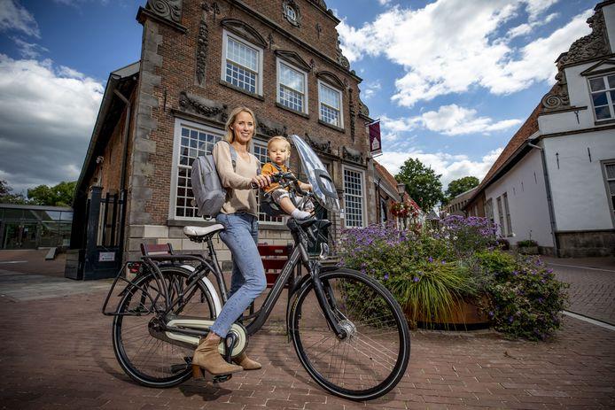 Pr-medewerker Heleen Brinks met haar 1-jarig zoontje Filip op de fiets bij het Palthehuis. Het museum maakt vanaf 6 augustus deel uit van arrangementen voor fietsers, wandelaars en gezinnen, opgezet in samenwerking met Oldenaal Promotie. Over haar schouder de rugzak die gevuld met streekproducten meegaat.