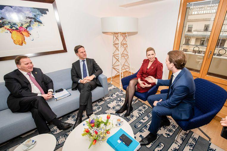 Nederlands minister-president Mark Rutte (tweede van links) tijdens een meeting met de eerste ministers van Zweden (Stefan Lofven, links), Oostenrijk (Sebastian Kurz, rechts) en Denemarken (Mette Frederiksen). Naar die vier landen wordt verwezen als de 'Vrekkige Vier'.