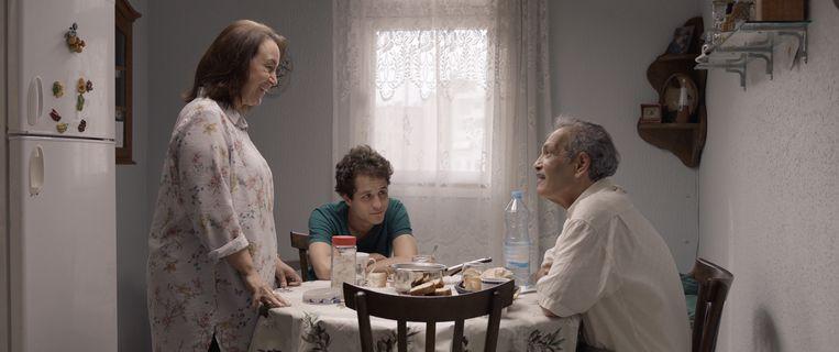 Het leven van de Tunesische Riadh en zijn vrouw Nazli draait volledig om hun zoon Sami, die zich voorbereidt op zijn eindexamen. Beeld