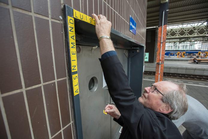 Rob Schoonen zet tekst op liftdeur van perron 1-2 op Station Eindhoven