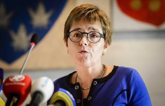 Miranda de Vries, burgemeester van Geldermalsen, tijdens een persconferentie.