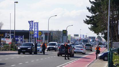 Politie leidt grote verkeersdrukte op Torhoutsesteenweg in goeie banen, personeel Colruyt begeleidt bezoekers naar parkeerplaats