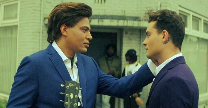 Scène uit de video 'How lucky we are' met Douwe Bob en Fresku.