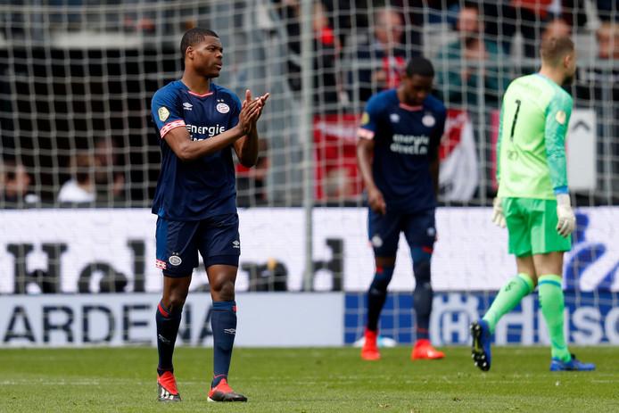 Balende PSV'ers na de 1-0 van Guus Til.
