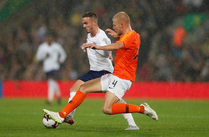 Rick van Drongelen in actie namens Jong Oranje tegen de leeftijdsgenoten van Engeland.