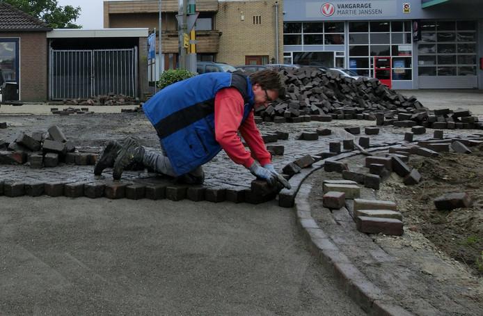 Steen voor steen wordt de 'nieuwe' bestrating ingelegd.