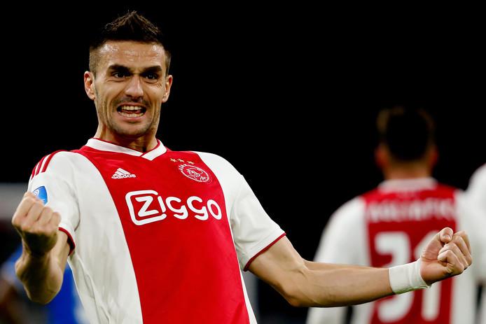 Dusan Tadic juicht nadat hij de 1-0 heeft gemaakt tegen PEC Zwolle.