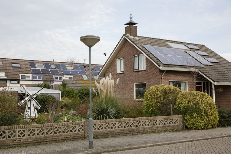 ...wel doken overal installateurs van zonnepanelen op. Beeld Peter de Krom