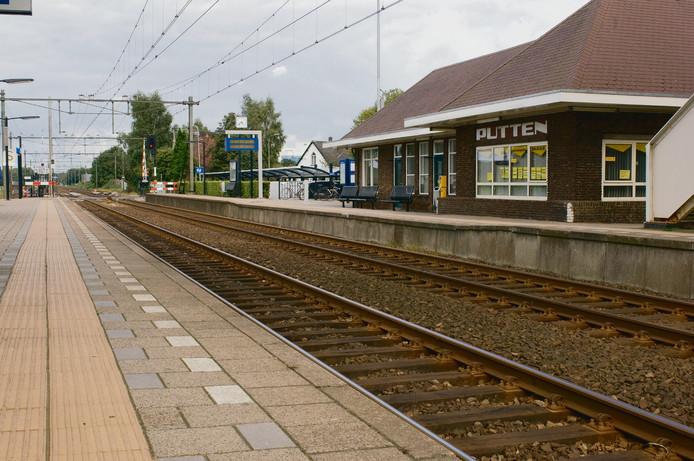 De Stille Tocht begint bij de Oude Kerk en eindigt op het NS-station van Putten. Daar zijn de toespraken en er staan foto's om aanschouwelijk te maken wat er destijds is gebeurd.