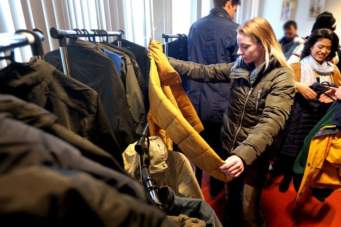 Bij de dak- en thuislozenopvang 'de voorziening' aan de Slingerweg was vandaag de 'kies een jas dag' voor de cliënten. Ciska (33) heeft een mooie exemlaar gevonden. Rechts op de foto een van de initiatiefnemers Joyce Vetter. FOTO: PIX4PROFS/ RAMON MANGOLD