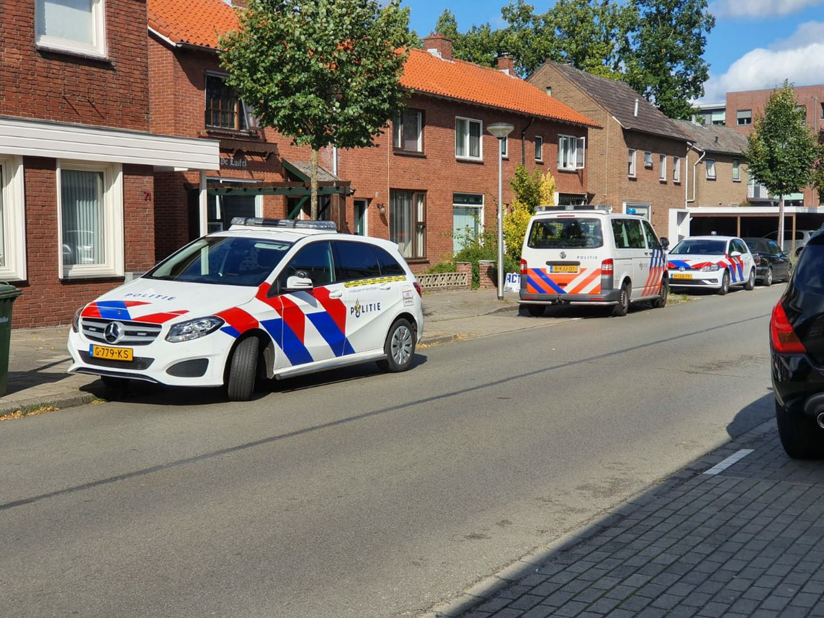 De politie deed een inval in twee woningen in de Kerkstraat.