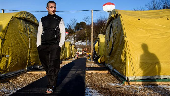 Een asielzoeker in een tentenkamp in Denemarken.