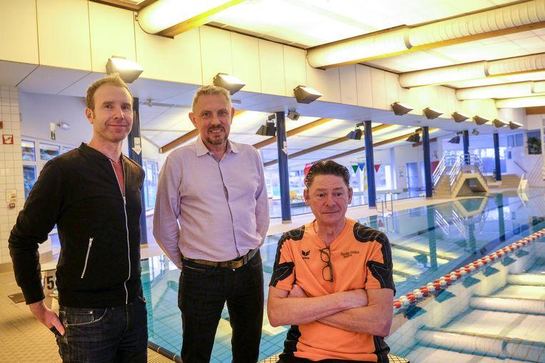 Sam Janssens, Erik Rennen en badmeester Frank De Cubber met achter hen de hanglampen die vervangen moeten worden.