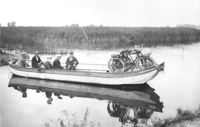 De griendaak met binnenboordmotor die tot 1929 als pont tussen de Kop en Werkendam voer.