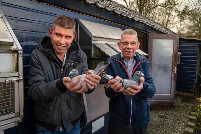 Zoon Jeroen en vader Gerrit Dorland met de duiven Albert en Piet.