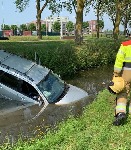 Auto te water in Rosmalen: bestuurder heeft alleen natte broek, auto total loss