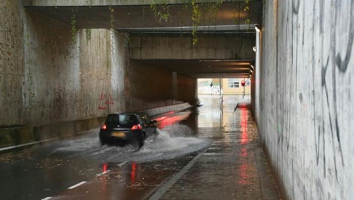 De  Prinsessetunnel in Enschede staat onder water