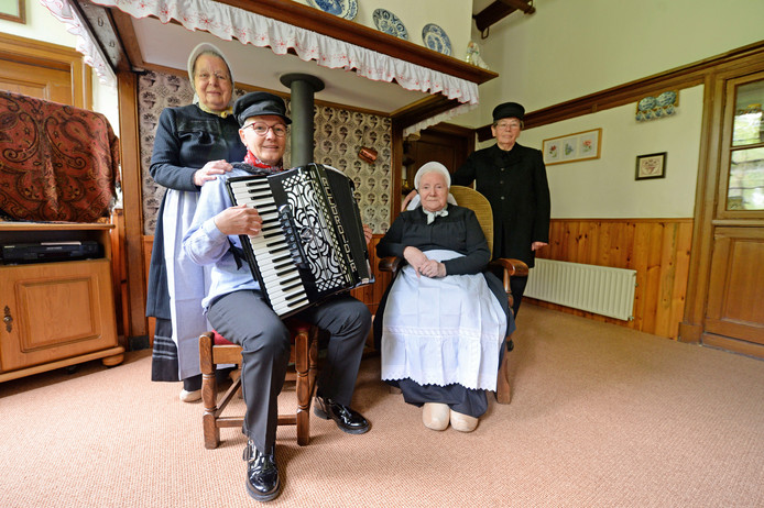 De boerendansgroep van de Vrouwen van Nu heft zichzelf op. vanaf links: Dini Baardink, Gerrie Groot Obbink, Anneke Scholten en Annie Goorhorst.