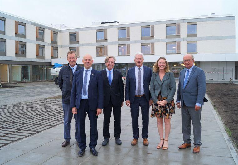 Trotse leden van het gemeentebestuur en vertegenwoordigers van woonzorggroep GVO bij de nieuwbouw van Zonnewende.