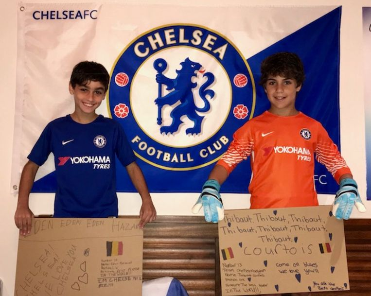 Michael Peter Hadad en beste vriend Tom poseren om Eden Hazard een gelukkige verjaardag te wensen.