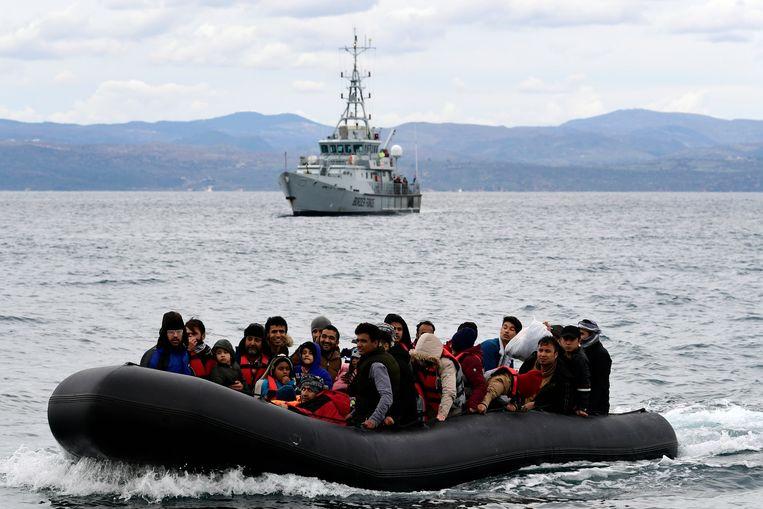 Migranten arriveren bij het Griekse eiland Lesbos. Beeld AP