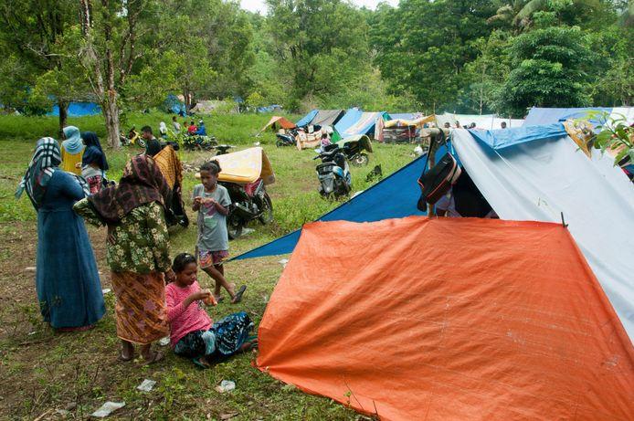 Mensen bivakkeren in tenten in Ambon sinds de aardbevingen eind september begonnen en huizen vernielden.
