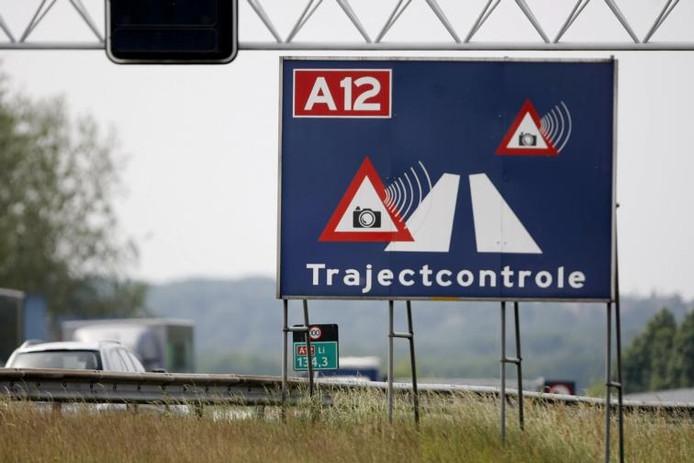 Een verkeersbord waarschuwt voor trajectcontrole op de A12.