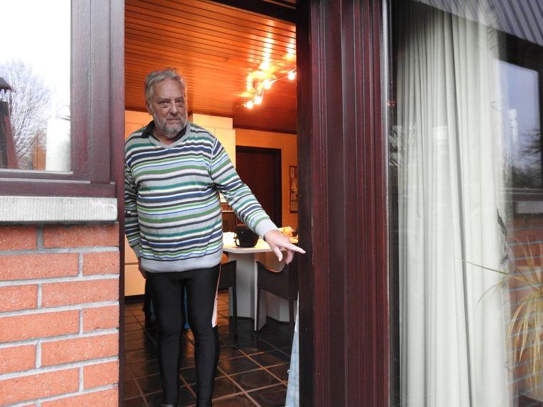 Robert toont waar de daders zijn achterdeur forceerden met een koevoet.