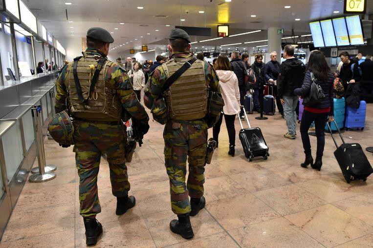 Belgische soldaten mogen binnenkort wellicht thuis gaan slapen: defensie overweegt om de verplichte kazernering tijdens de militaire opleiding af te schaffen.