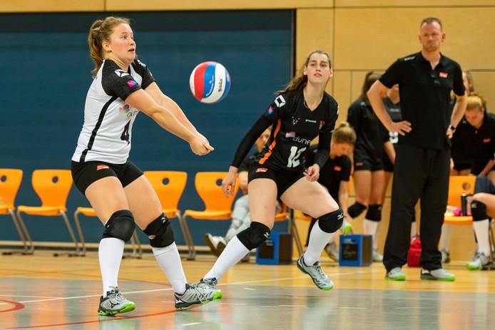 Archiefbeeld: Kim de Wild en Julia Joosten namens Regio Zwolle Volleybal in actie.